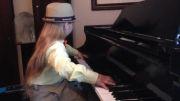 پیانو نوازی دختر 7ساله نواختن اهنگ هاچ زنبور عسل