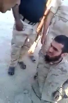 یکی از عناصر داعش در چنگال ارتش عراق