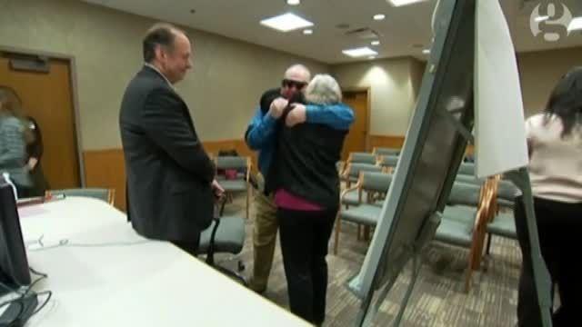 مرد نابینایی که پس از ۱۰ سال، همسرش را دید