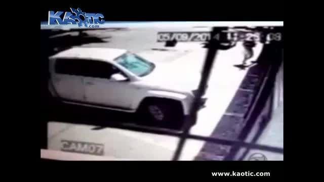 لحظه سرقت گیر می افته همکار دزد با ماشین حمله میکنه