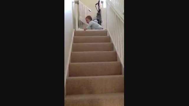 سرسره بازی کودک از راه پله