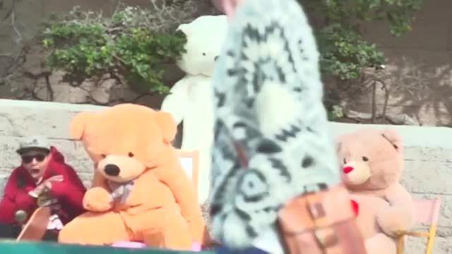 تو لباس خرس عروسکی اشک ملت و در میارن