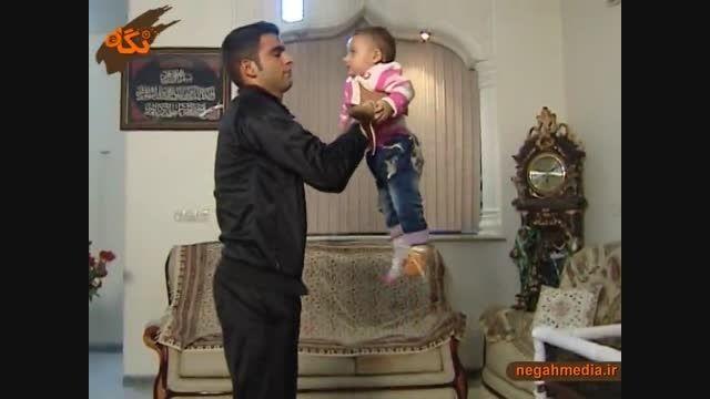 نحوه صحیح بلند کردن و بغل کردن کودک