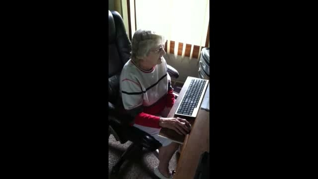 تلاش زن 98 ساله  برای پیدا کردن ماوس کامپیوترش