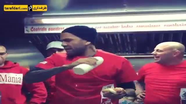 وقتی دنی آلوز ساندویچ می فروشد