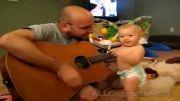رقصیدن و خوشحالی بیش از حد کودک برای گیتار زدن پدرش...