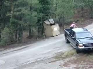 کمک کردن به توله خرس ها برای خروج از سطل زباله