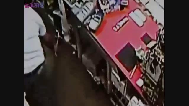 سارقان مسلح به قمه از ترس مغازه دار فرار کردند + فیلم