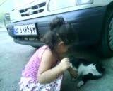 بازی دختر كوچولو با گربه خیابانی