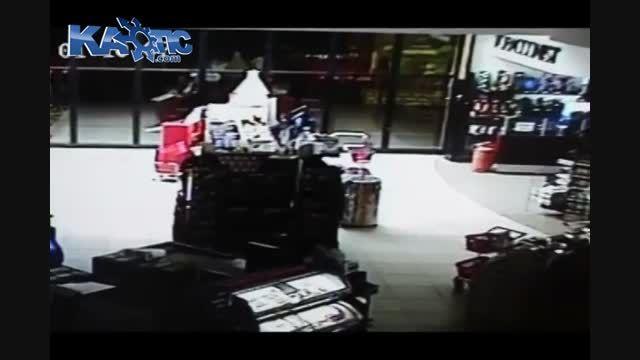 پرت کردند دزد از طبقه دوم در شیرینی فروشی