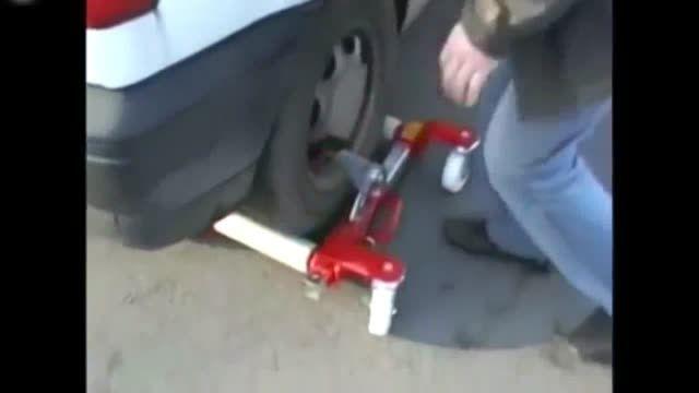 وسیله ای جالب برای جابجا کردن اتوموبیل پارک شده