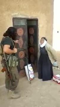 انتشار کلیپی عجیب از داعش و یافتن پیرزن کُرد در کوبانی