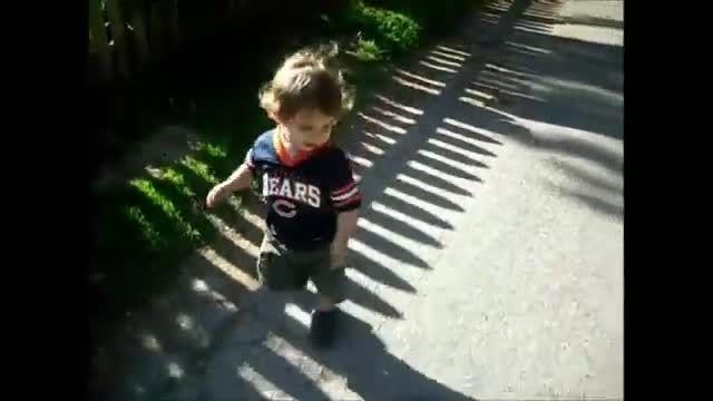 ترسیدن جالب بچه از سایه ی خودش