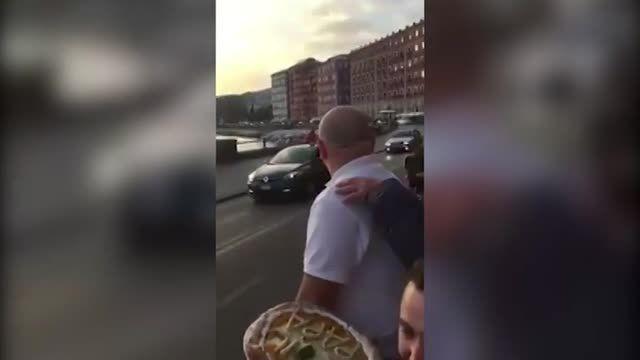 پاپ بالاخره به آرزویش رسید و پیتزا گرفت!!!!!!