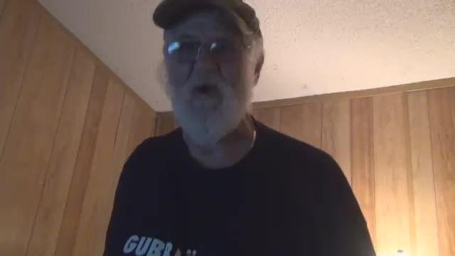 پدربزرگ عصبانی xbox360 را نابود می کند