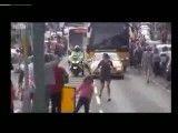 تلاش نوجوان ۱۷ ساله برای ربودن مشعل المپیک از دست یک زن