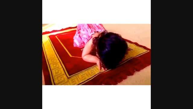 ویدئوی زیبای رضا صادقی از نماز خواندن دخترش تیارا