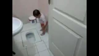 بچه در کاسه توالت