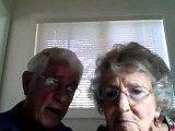 زن و شوهر دلنشین سالمند، در حال آزمایش کامپیوتر جدید خود