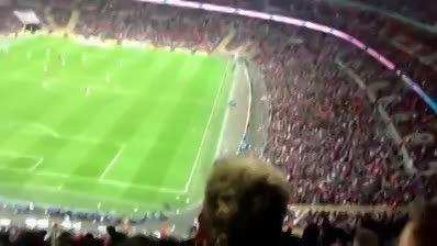 پرت کردن موشک کاغذی در زمین فوتبال
