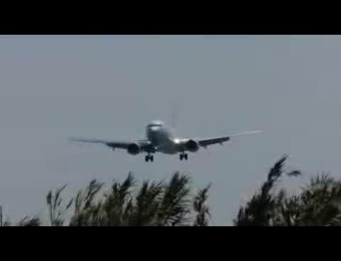 فرود هواپیمای غول پیکردرچند قدمی رهگذران