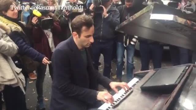 نواختن پیانو برای ادای احترام به کشته شدگان پاریس