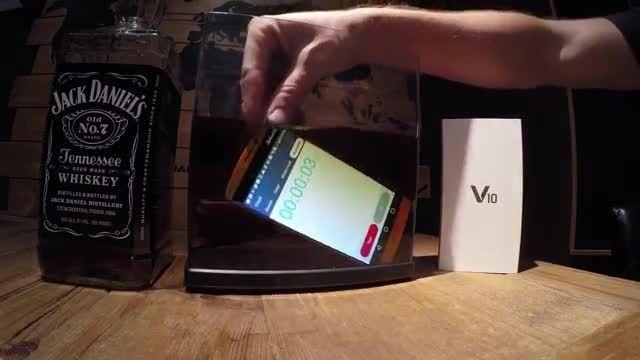 تماشا کنید: مقاوت 7 دقیقه ای LG V10 در برابر نفوذ آب