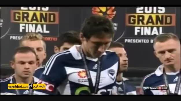 زمین خوردن فرانک لاوی هنگام اهدای جام لیگ استرالیا
