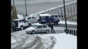 راننده اتوبوس در جاده ای که همه توش گیر کردن