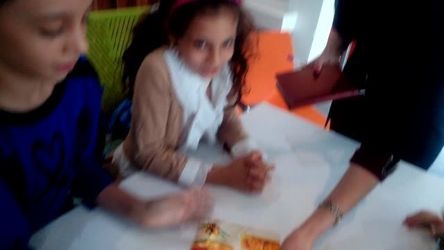 آموزش زبان انگلیسی در محیط رستوران مناسب با درس