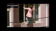 دختر بچه دیوانه در لبه پرتگاه.خودکشی