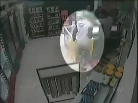 سارق مسلح در حین دزدی دچار حمله قلبی شد و درگذشت -
