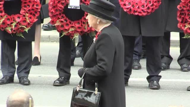ادای احترام ملکه انگلیس به کشته شدگان جنگ