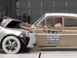 تست تصادف بین یک ماشین قدیمی و یک ماشین جدید