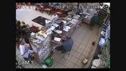 دزدی که اره برقی را در لباس خود مخفی کرد .