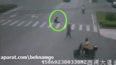 خودکشی عجیب مرد دیوانه در خیابان..!