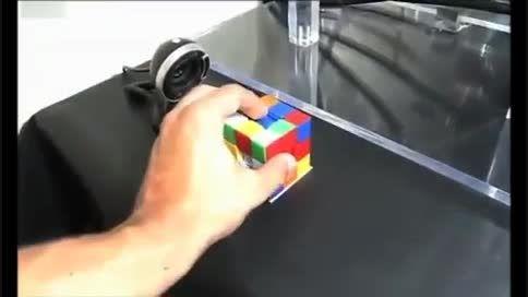 رباتی که مکعب روبیک را در یک چشم بر هم زدن جور می کند