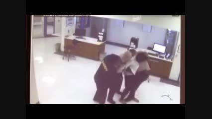 رفتار وحشیانه پلیس آمیکا منجر به مرگ جوان سیاه پوست شد!