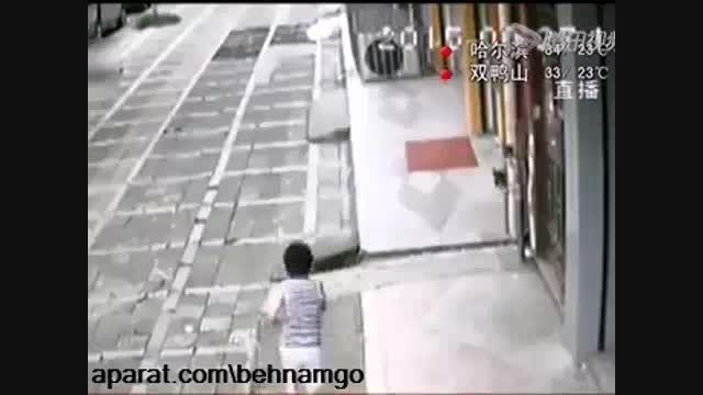 برق گرفتگی دلخراش پسر بچه در خیابان...!