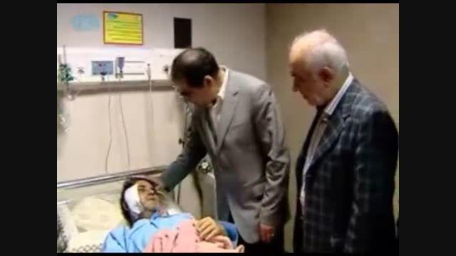 معاینه خبرنگار صدا و سیما توسط وزیر بهداشت