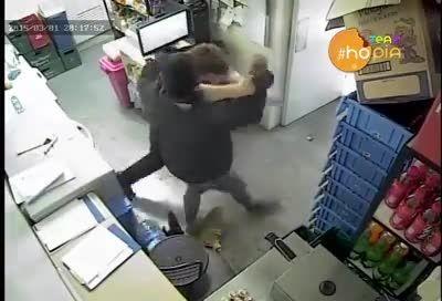 حمله وحشیانه دزد  با چاقو به مغازه دار(18+)