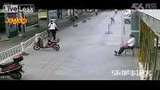 لحظه سقوط یک مرد از ساختمان