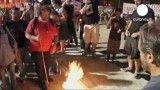 یونانی ها پرچم اتحادیه اروپا را به آتش کشیدند