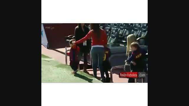 همسر و فرزند مسی در ورزشگاه نیوکمپ_2