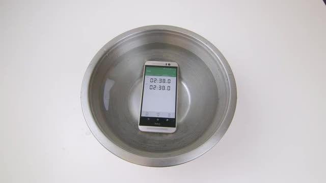آزمایش میزان مقاومت در برابر آب گوشی موبایل HTC One M9