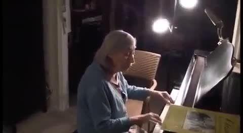 پیانو زدن پیر زن برای شوهرش