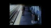 سقوط کودک بیگناه روی ریلهای قطار