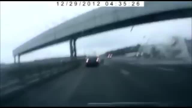 لحظه سقوط هواپیمای مسافربری در کنار بزرگراه در روسیه