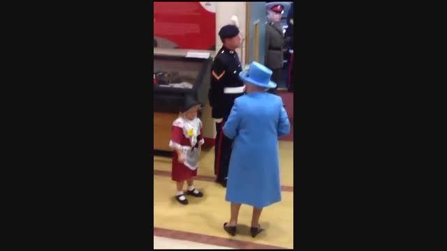 سیلی نقد بعد از تقدیم گل به ملکه انگلیس!