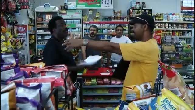 ویدیو: قمۀ سارقان در برابر شمشیر مغازه دار!
